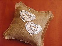 Prstene - Jutový vankúšik s čipkovanými srdiečkami - 9687519_
