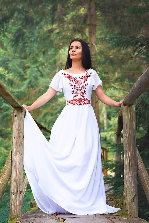 Svadobné šaty s červenou výšivkou