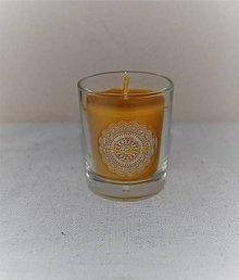 Svietidlá a sviečky - Sviečka z včelieho vosku v sklenom poháriku (s čipkovanou nálepkou) - 9692659_