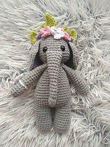 Hračky - Háčkovaný sloník s kvetinovou čelenkou - 9694885_