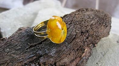 Prstene - Živicový prsteň s kvietkami (oranžovo žltá sirôtka č. 2275) - 9694860_
