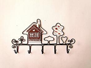 Nábytok - vešiak - chalúpka (s korálikmi) - 9694096_