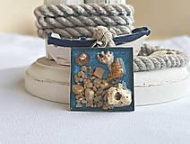 Náhrdelníky - Živicový náhrdelník s mušľami a kamienkami, bledomodrý - 9694974_