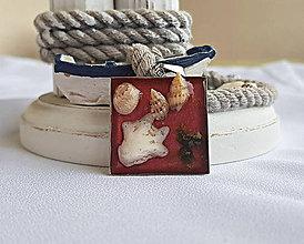 Náhrdelníky - Živicový náhrdelník s mušľami a kamienkami, bordový - 9695055_