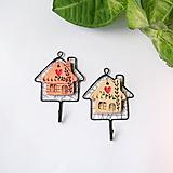 Nábytok - vešiačik s keramickým domčekom - 9698301_