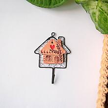 Nábytok - vešiačik s keramickým domčekom (tmavý domček) - 9698329_