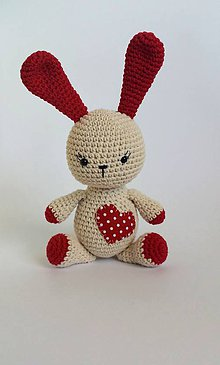 Hračky - Háčkovaný zajačik so srdiečkom - 9697408_