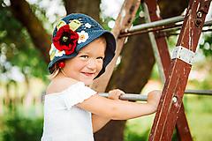 Tmavomodrý klobúčik s lúčnymi kvetmi