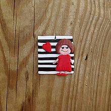 Náhrdelníky - FIMO prívesok Na čiernobielom (dievčatko) - 9696212_
