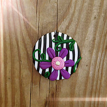 Náhrdelníky - FIMO prívesok Na čiernobielom (fialový kvet) - 9696213_