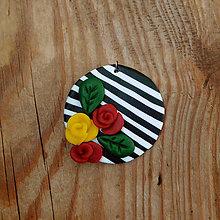 Náhrdelníky - FIMO prívesok Na čiernobielom (hrejivé ruže) - 9696214_