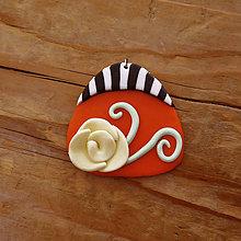 Náhrdelníky - FIMO prívesok Na čiernobielom (ruža v ohni) - 9696216_