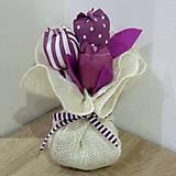 Dekorácie - Jutový batôžtek s tulipámni - fialová textilná dekorácia - 9703263_