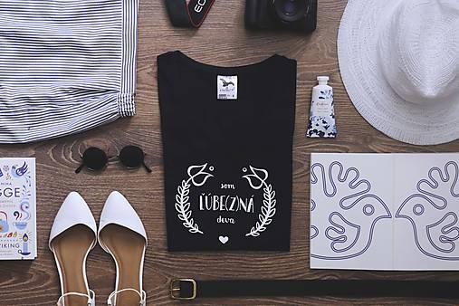 Som ľúbezná deva (tmavomodré tričko)