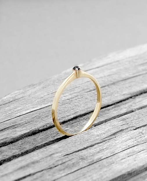 Prstene - 585/1000 zlatý zásnubný prsteň s prírodným čiernym diamantom - 9705185_