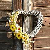 Dekorácie - Srdce na dvere so žltou cíniou - 9705902_
