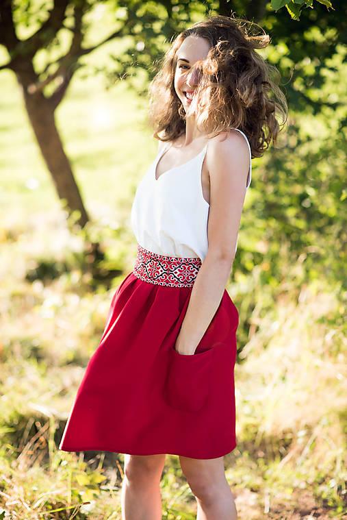Malinová sukňa s krížikovou výšivkou