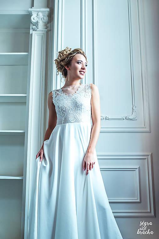 Svadobné šaty z vyšívanej krajky a tylovou sukňou