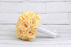 Kytice pre nevestu - Saténová kytica svadobná krémová ruže s perlami + pierko - 9707377_