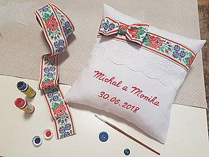 Darčeky pre svadobčanov - Folklórny  svadobný vankúšik pod obrúčky - 9710594_
