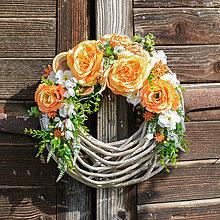 Dekorácie - Oranžovo-biely veniec na dvere - 9713455_