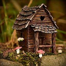 Dekorácie - Na samotě u lesa - miniatúrna chalúpka - zapichovacia dekorácia - 9715056_