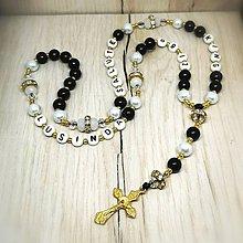 Náhrdelníky - Ruženec perličkový s textom (Čierno-biela) - 9719292_