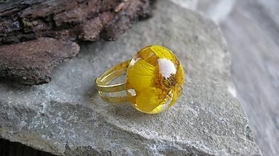 Prstene - Živicový prsteň s kvietkami (so žltým kvietkom, č. 2293) - 9719766_