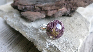 Prstene - Živicový prsteň s kvietkami (s fialovým kvietkom č. 2295) - 9719815_