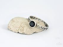 925 Strieborný prsteň s prírodným čiernym spinelom