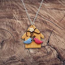 Náhrdelníky - Vtáčia búdka a zamilované vtáčiky - FIMO prívesok - 9720813_