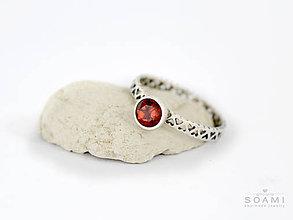 Prstene - CERTIFIKÁT 925 Strieborný prsteň s prírodným granátom - 9725226_