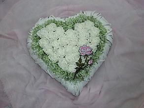 Dekorácie - Biele závesné srdce s vyšívanou ružou - 9728846_