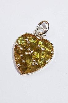 Náhrdelníky - Prívesok srdce malé (Olivín s granuláciou) - 9734811_