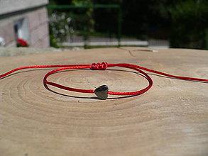 Náramky - jednoduchý šnúrkový náramok s hematitovým srdiečkom - 9736899_