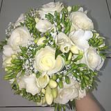 Kytice pre nevestu - svadobná kytica zo živých ruží a frézií - 9738350_