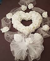 kompletná výzdoba na auto s bielym srdcom a širokými stuhami s ružami