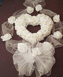 Kytice pre nevestu - kompletná výzdoba na auto s bielym srdcom a širokými stuhami s ružami - 9739848_