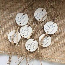 Darčeky pre svadobčanov - Medajlón na fľaše s iniciálami - strieborný - 9737503_