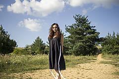 Šaty - Čierne šaty s bielymi pruhmi - 9742506_