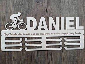 Dekorácie - Drevený vešiak na medaily_Cyklista - 9742178_