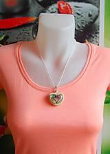 Náhrdelníky - Drevený náhrdelník - Kamienkové srdiečko - 9742437_