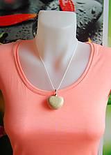Náhrdelníky - Drevený náhrdelník - Kamienkové srdiečko - 9742440_