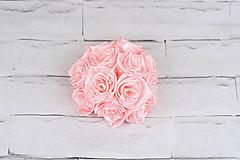 Bledoružová guľa ruže a perličky