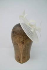 Ozdoby do vlasov - svadobný fascinátor biely pre nevestu - 9749090_
