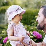 Detské súpravy - Šaty + klobúčik Violet - 9747303_