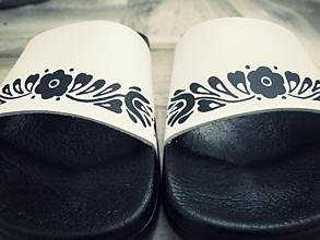 Obuv - Maľované šľapky, folk čierno-biele - 9754872_