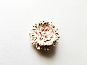 Odznaky/Brošne - porcelánová kvetinka - 9754068_