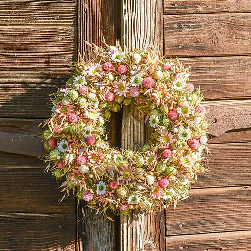 Dekorácie - Prírodný veniec s ružovými margarétkami - 9757584_