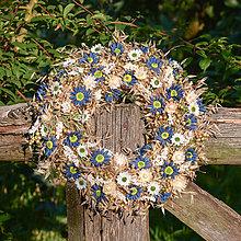 Dekorácie - Prírodný veniec s bielymi a modrými margarétkami - 9759624_